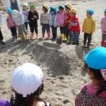 浜辺で合同保育