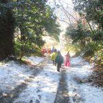 雪景色の森の中でのお誕生会