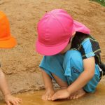 築山から流れてくる小川に興味津々の2歳児さん🍉